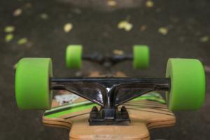 Longboard Achsen mit grünen Rollen